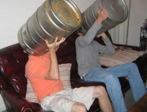 Два друга пьют